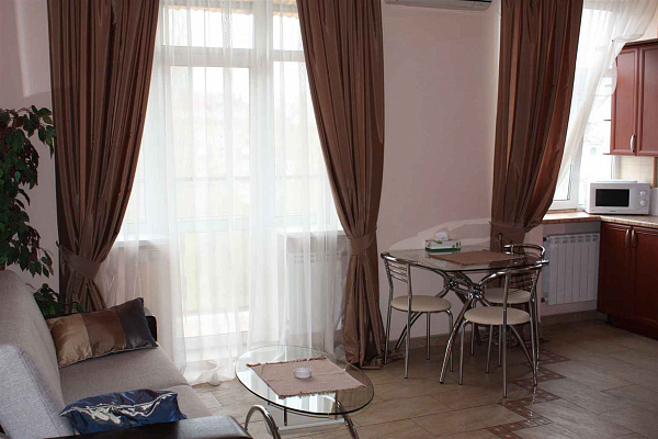 3-комнатная квартира посуточно в Киеве. Деснянский район, ул. Толстого, 5а. Фото 1