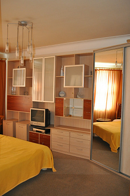 2-комнатная квартира посуточно в Днепропетровске. Кировский район, Карла Маркса, 88. Фото 1