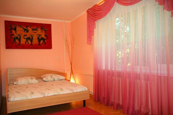 2-комнатная квартира посуточно в Днепропетровске. Октябрьский район, ул. Гоголя, 19. Фото 1