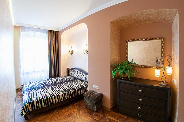 2-комнатная квартира посуточно в Львове. Галицкий район, пл. Рынок, 18. Фото 1