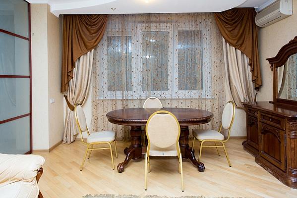 3-комнатная квартира посуточно в Киеве. Днепровский район, ул. Раисы Окипной, 4А. Фото 1