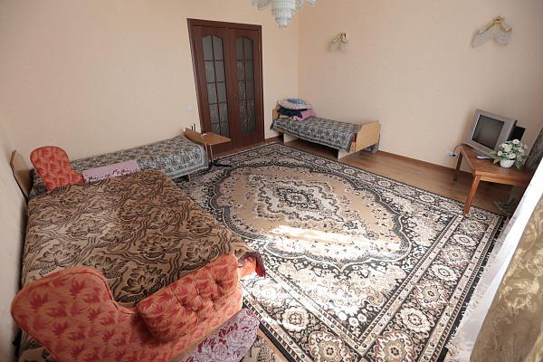 3-комнатная квартира посуточно в Кузнецовске. мкр. Вараш, 18. Фото 1