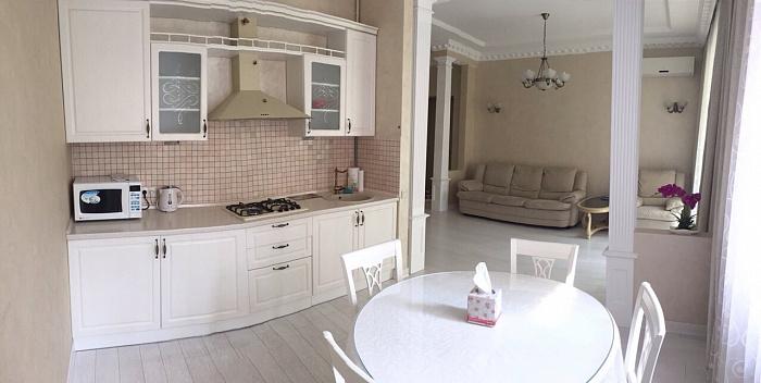 2-комнатная квартира посуточно в Днепропетровске. Бабушкинский район, пр-т  Дмитрия Яворницкого, 53-А. Фото 1