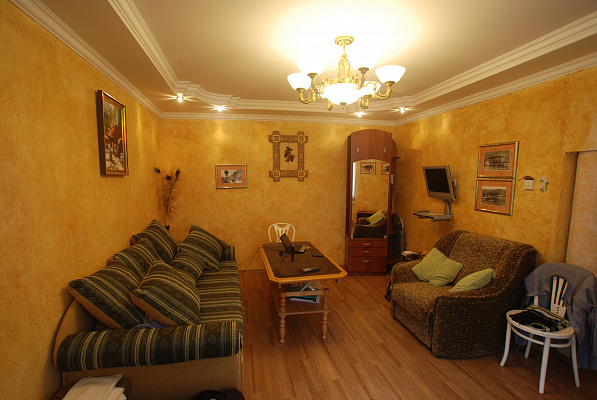 3-комнатная квартира посуточно в Ялте. Центр Ялты район, ул. Руданского, 9. Фото 1