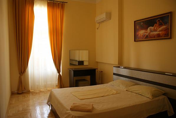 2-комнатная квартира посуточно в Киеве. ул. Олеся Гончара, 88. Фото 1