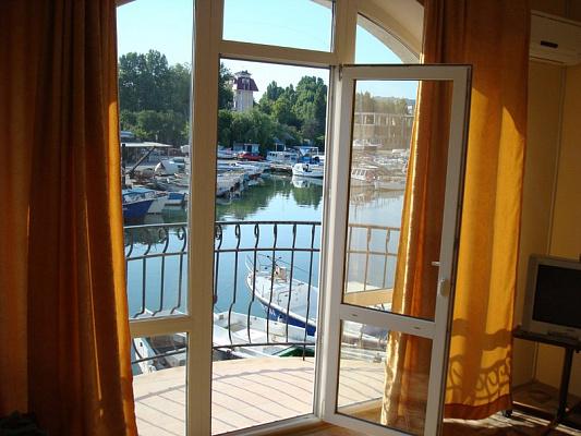 2-комнатная квартира посуточно в Севастополе. Гагаринский район, Омега, 1. Фото 1