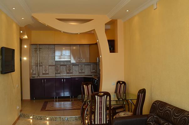 2-комнатная квартира посуточно в Одессе. Приморский район, ул. Среднефонтанская, 19 А . Фото 1