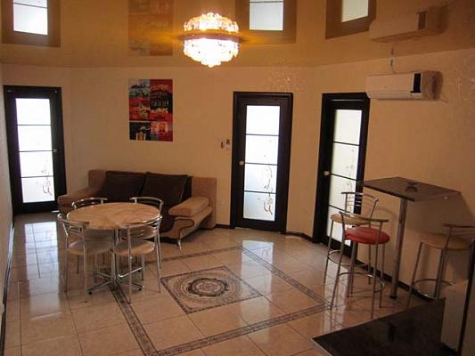 4-комнатная квартира посуточно в Симферополе. Киевский район, ул. Большевитская, 28. Фото 1