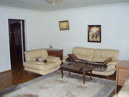 2-комнатная квартира посуточно в Днепропетровске. Кировский район, пр. Кирова, 117. Фото 1