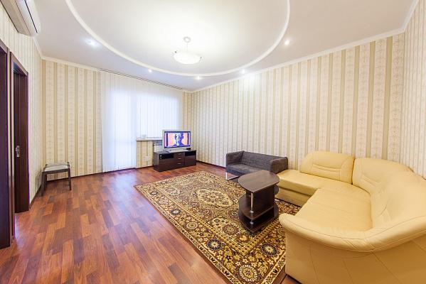 2-комнатная квартира посуточно в Киеве. Шевченковский район, ул. Саксаганского, 121. Фото 1