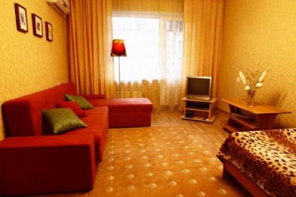 1-комнатная квартира посуточно в Алуште. ул. 50 лет октября, 3. Фото 1