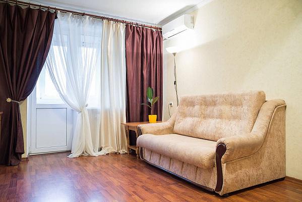 1-комнатная квартира посуточно в Днепропетровске. Октябрьский район, ул. Василия Жуковского, 4-А. Фото 1