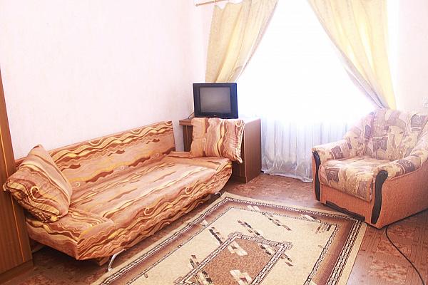 1-комнатная квартира посуточно в Сумах. Ковпаковский район, ул. Первомайская, 33. Фото 1