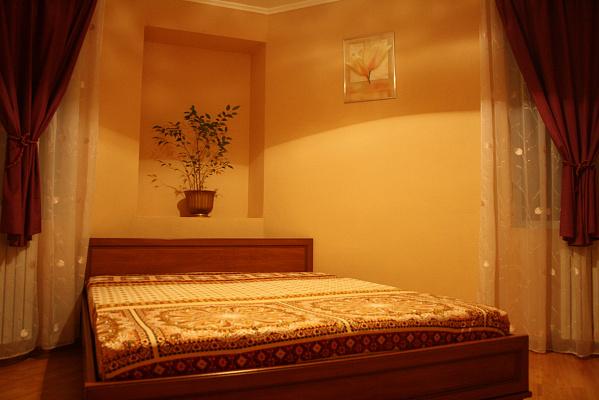 2-комнатная квартира посуточно в Днепропетровске. Кировский район, ул. Василия Чапленко, 20. Фото 1