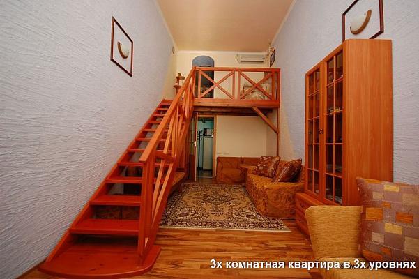 3-комнатная квартира посуточно в Евпатории. ул. Революции, 42/3. Фото 1