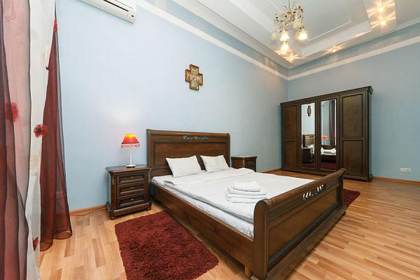 3-комнатная квартира посуточно в Киеве. ул. Трехсвятительская, 11. Фото 1
