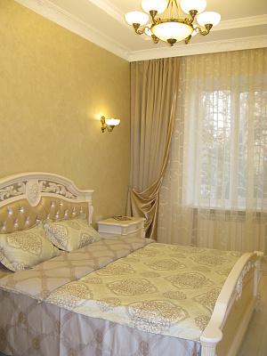 2-комнатная квартира посуточно в Днепропетровске. Бабушкинский район, пр.Карла Маркса, 53A. Фото 1